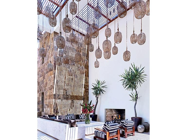 18.casa-messico-mexican-style-interior-design-pioggia-di-lampade-midollino-palme-parete-in-pietra