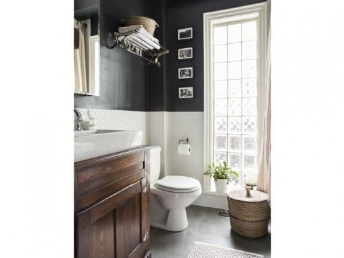 Bagni Piastrelle Bianche : Bagno muro nero e piastrelle bianche foto grazia