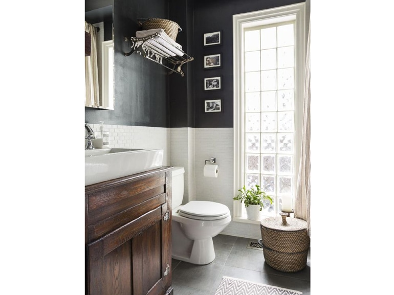 Bagno muro nero e piastrelle bianche foto grazia