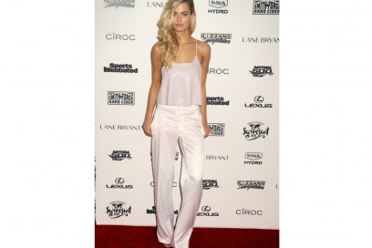 HAILEY-CLAUSON-pantaloni-bianchi