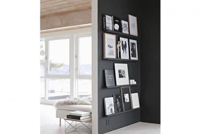 angolo libreria con muro nero