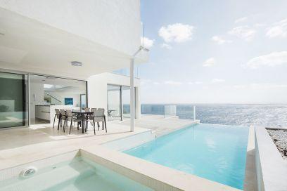 Maiorca: una villa total white a strapiombo sul mare