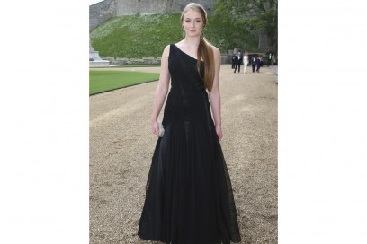 sophie turner in lungo nero olycom
