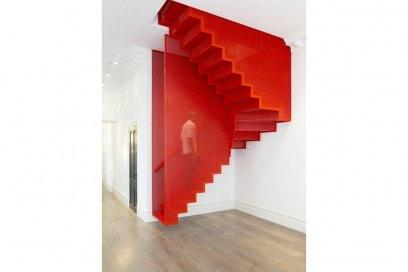 13.scale-creative-soluzioni-vano-scala-rosso-griglia-metallo