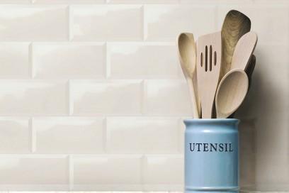 6.Piastrella-da-cucina-a-muro-in-ceramica-bianco-lucidata-effetto-vintage