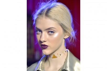Poplmresska-Nina-Geyzer-House-Of-Pernatendenze-viso-make-up-autunno-inverno-2016-2017