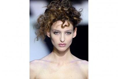 acconciatura estate autunno 2016 capelli ricci sfilata armani