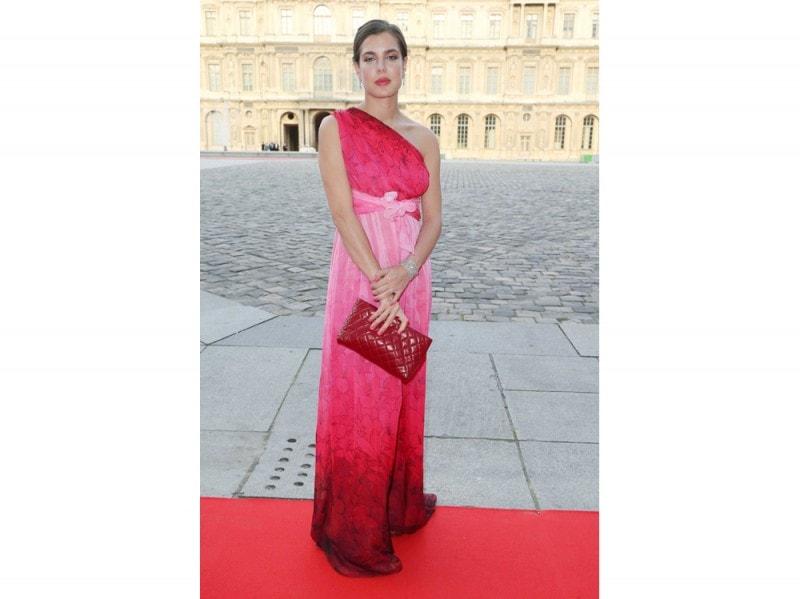 charlotte-casiraghi-rosa-e-rosso-olycom