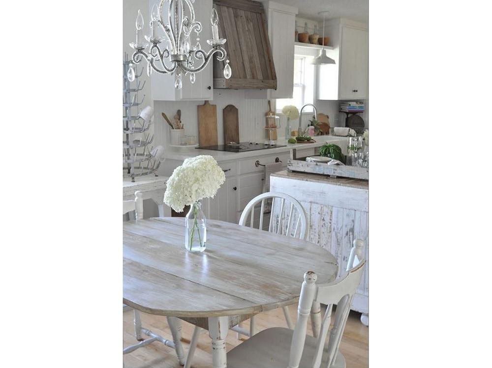 Cucina shabby chic interiors mettendo due mensole con - Cucine shabby chic ...