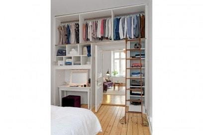 11.come-arredare-una-casa-piccola-guardaroba-a-vista-zona-notte-intorno-alla-porta