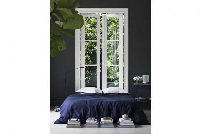 15_parete-grigio-scuro-fondale-camera-da-letto-finestra-telaio-bianco-come-testiera