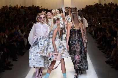 La sfilata di Fendi per la Primavera-Estate 2017 in 10 dettagli