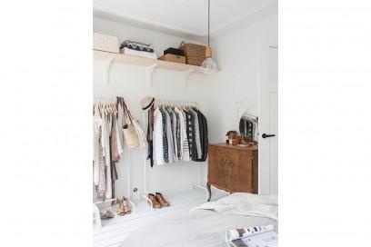10-vado-a-vivere-con-lui-camera-da-letto-barra-porta-abiti-scarpe-armadio