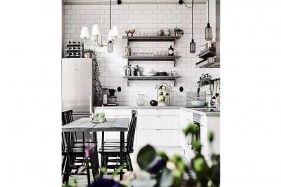 6-vado-a-vivere-con-lui-cucina-tavolo-quattro-sedie