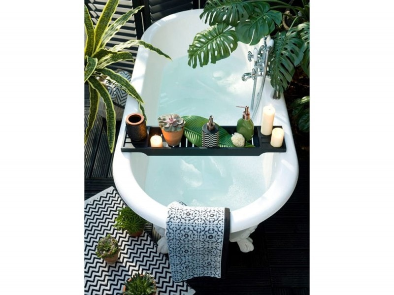 13-come-trasformare-il-bagno-in-una-spa-domestica-vasca-esterna-barra-porta-oggetti