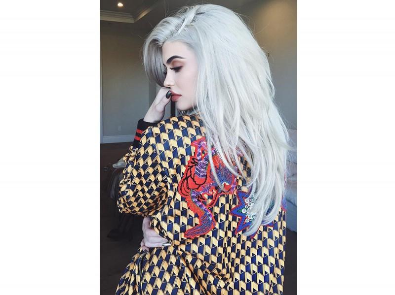 Kylie-Jenner-coliri-capelli_grigio-perla