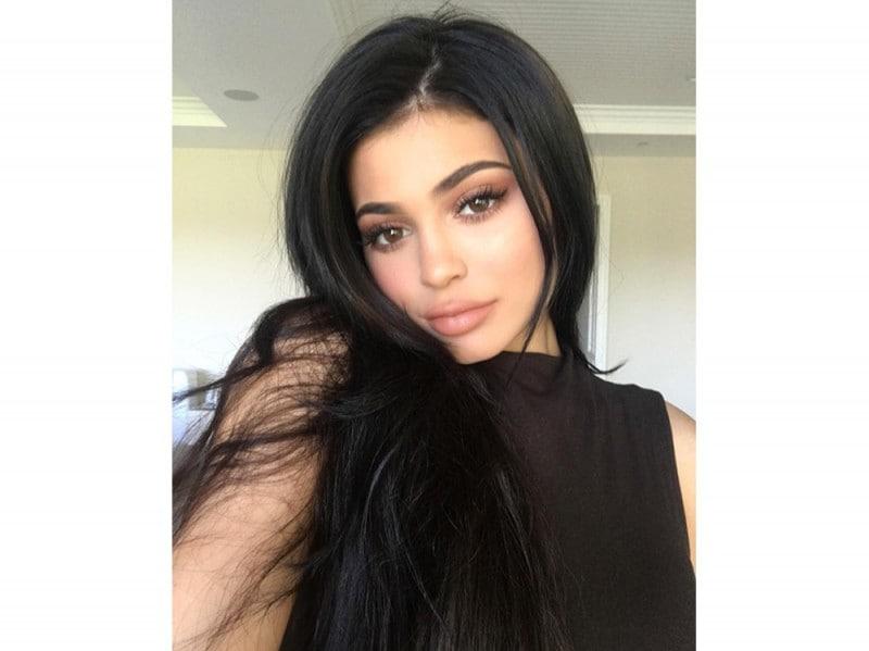 Kylie-Jenner-coliri-capelli_nero