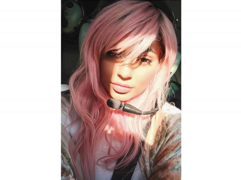 Kylie-Jenner-coliri-capelli_rosa