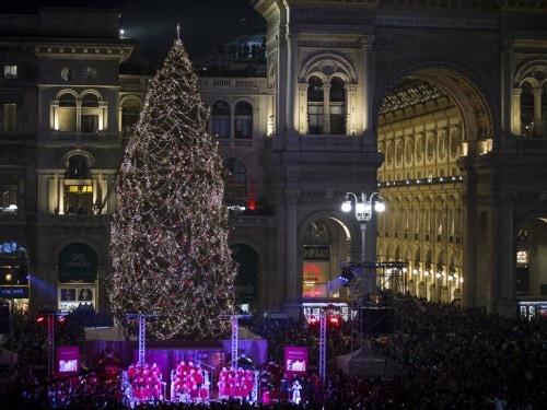 Albero Di Natale Pandora.Pandora Accende L Albero Di Natale A Milano Grazia It