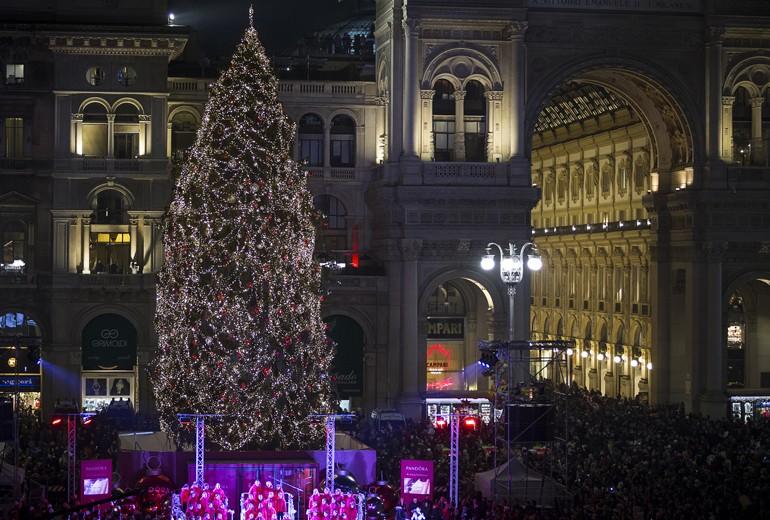 Pandora accende l'albero di Natale a Milano