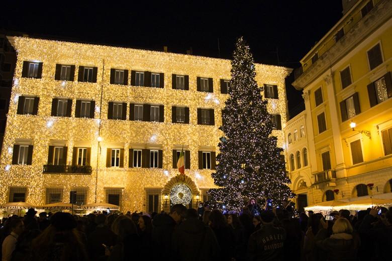 Valentino accende l'albero di Natale nel cuore di Roma