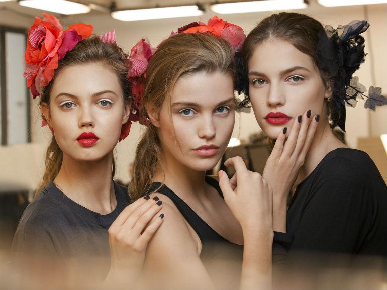 cover-Chanel Métiers D'Art il backstage beauty della sfilata Parise Cosmopolite-mobile