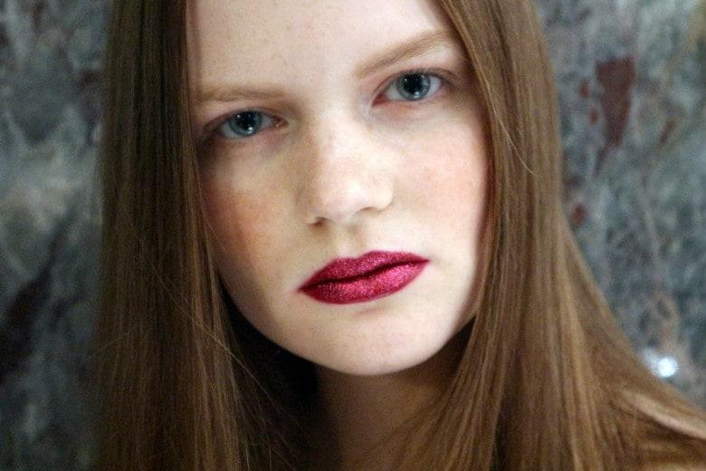 Trucco Capodanno: labbra bordeaux glitterate