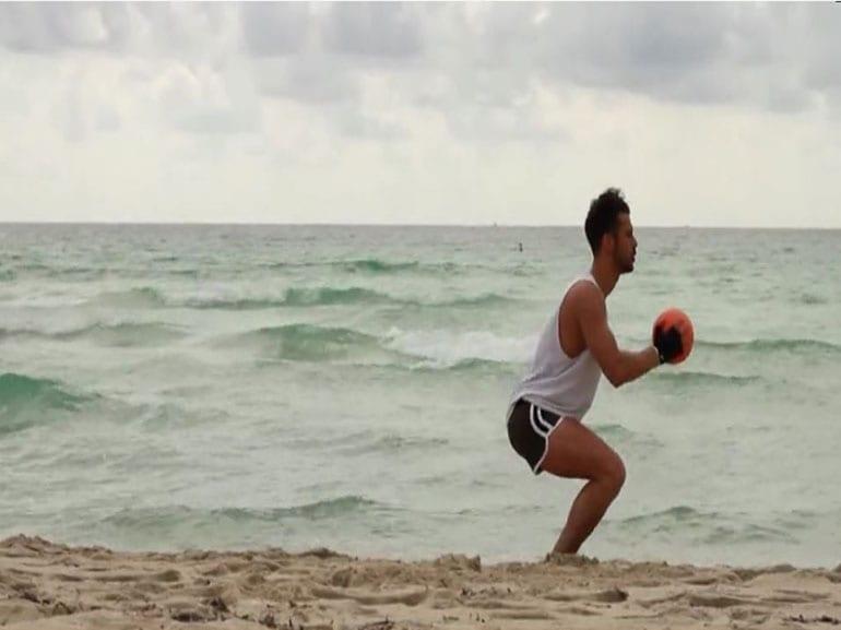 squat-gambe-glutei-rimanere-in-forma-durante-feste-Natale-allenamento-benessere-esercizi-fitness-sport
