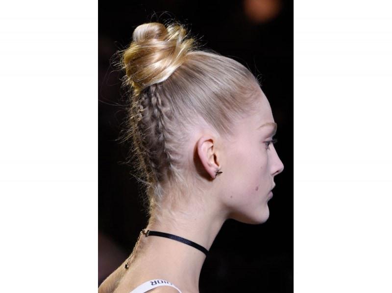 Capelli tendenza top knot per la Primavera-Estate 2107 (2)