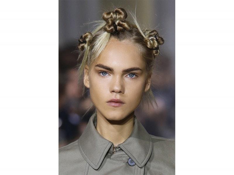 Capelli tendenza top knot per la Primavera-Estate 2107 (5)