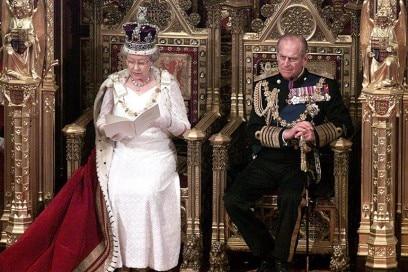 regina elisabetta principe filippo trono