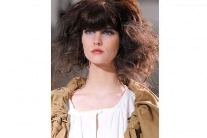 acconciature-capelli-ricci-media-lunghezza-08