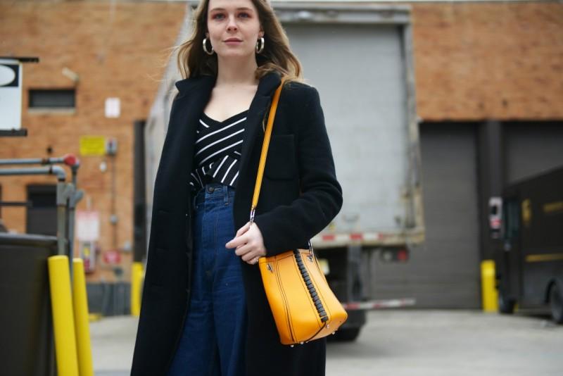 new york 2017 street style top righe borsa gialla