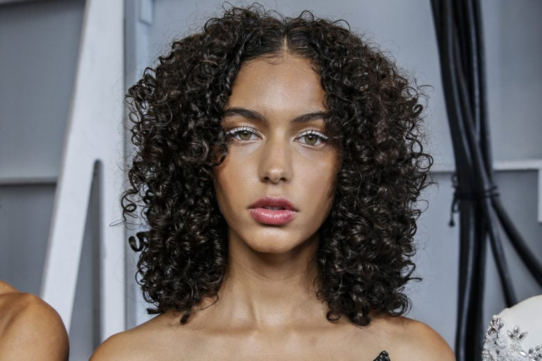 Acconciature per i capelli ricci: dai semi raccolti alle medie lunghezze