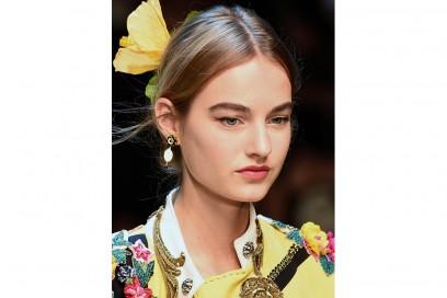 chignon basso con accessorio fiore