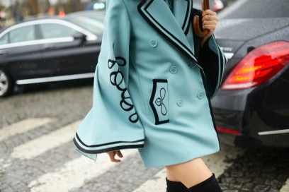 street style parigi 2017 mantella azzurra