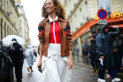 street style parigi pantaloni bianchi maglia rossa