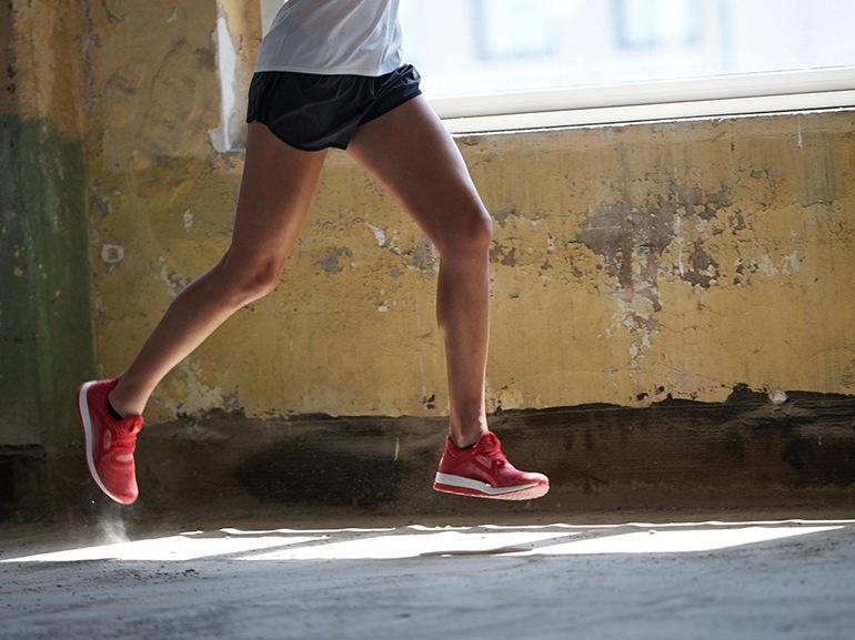calciata-indietro-talloni-sfiorano-i-glutei-running-adidas-sport-corsa