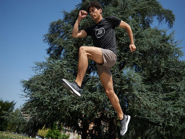 saltelli-a-piedi-pari-e-portare-punte-dei-piedi-verso-alto-durante-la-fase-di-volo