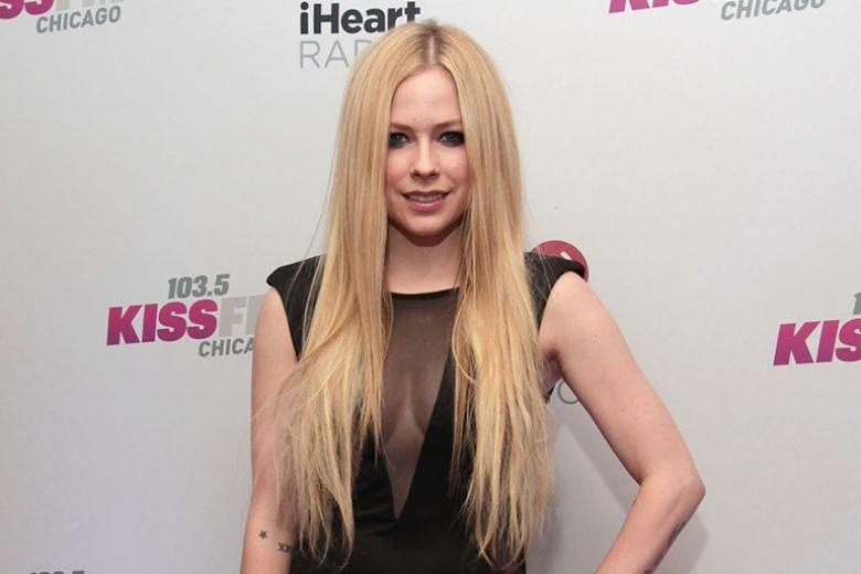 Avril Lavigne morta e sostituita da una sosia: un nuovo complotto conquista la rete