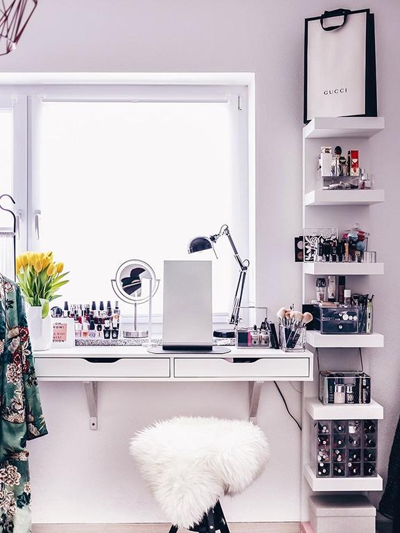 Postazione trucco ikea le idee pi belle grazia - Specchio con lampade intorno ...