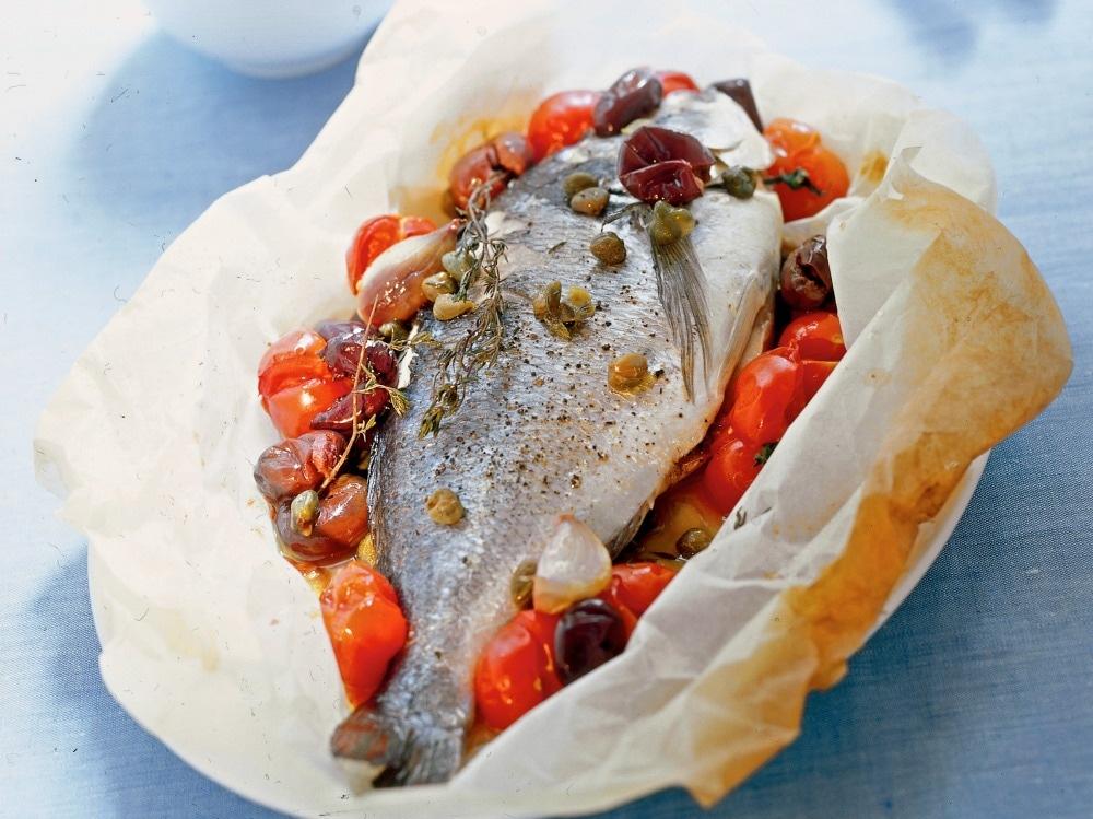 Orata al cartoccio con pomodorini e olive