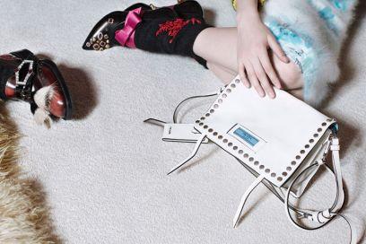 Prada Etiquette: la nuova borsa dall'etichetta azzurra