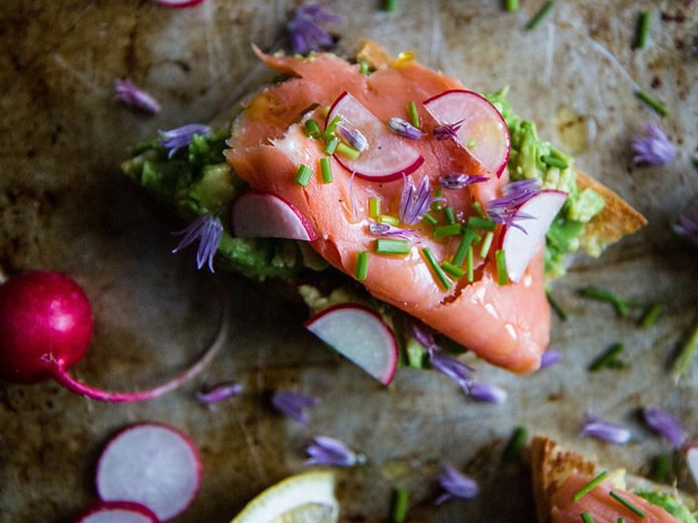 avocado toast salmone