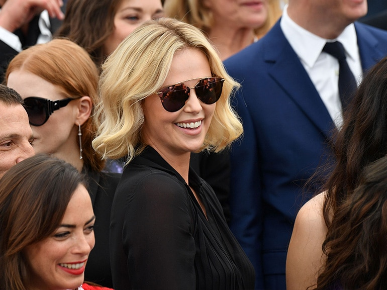 charlize theron sorriso
