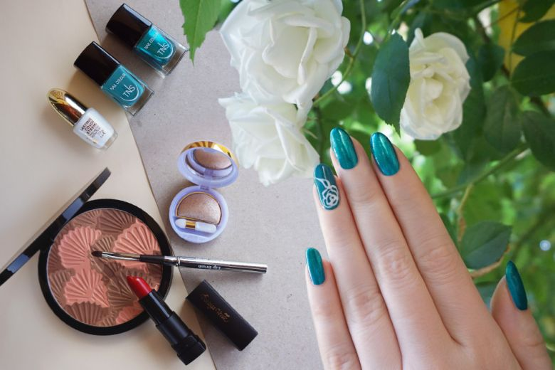 La nail art floreale creata da Non Solo Kawaii