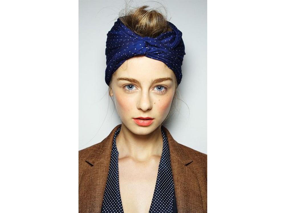 Acconciature con foulard: i capelli raccolti e semi raccolti