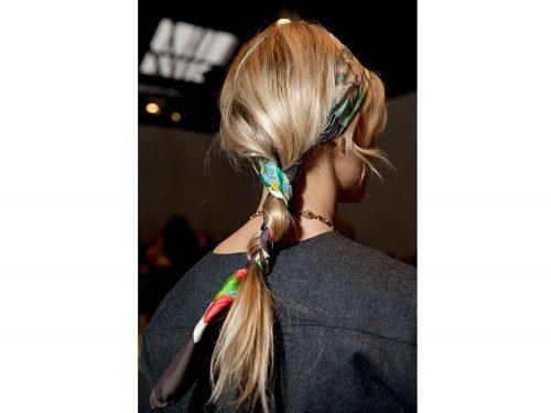 Acconciature con foulard  i capelli raccolti e semi raccolti di tendenza 92ff9f587921