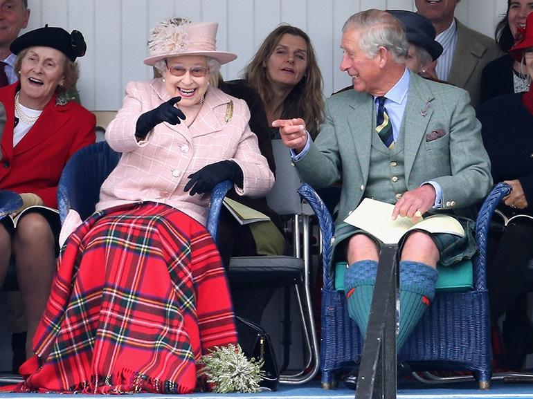 regina elisabetta principe carlo risata