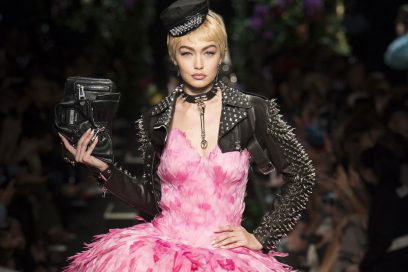 Moschino: ballerine punk, Mini Pony e bouquet floreali